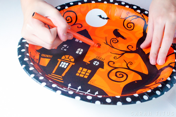 One of the really cool things about having kids is being able to be creative and be a kid yourself!Such is the case with this fun Halloween pumpkins glue craft.