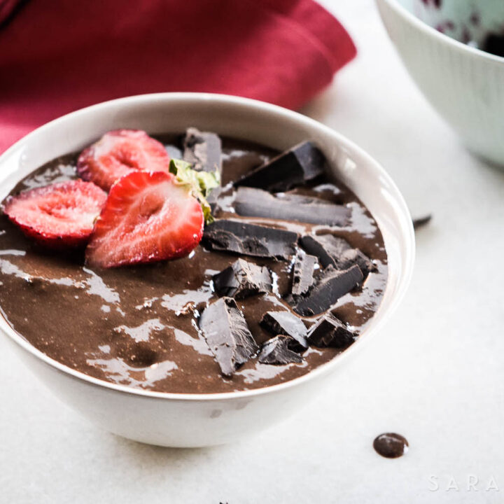 Do you want to have chocolate and be healthy at the same time? This yummy and nutritious Brownie Batter Smoothie Bowl will not only satisfy your chocolate cravings, but it will also give you tons of energy to have a great day!