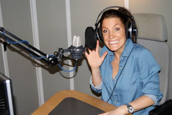 Kvindelig Speaker Med eget lydstudie