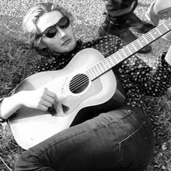 Toby Regbo la musica Toby Regbo suona la chitarra