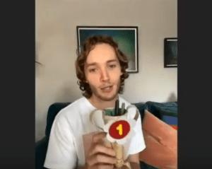 Toby Regbo mostra il ricordo di una fan