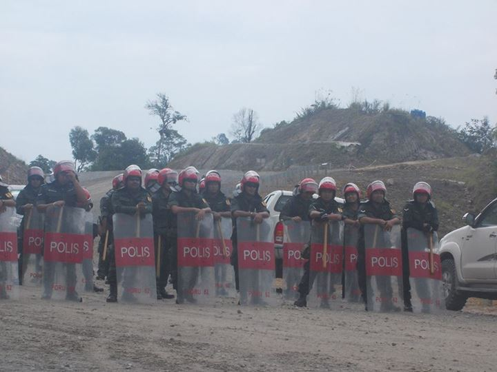Riot police facing the Penan in Murum - why not the gangsters in Melikin?