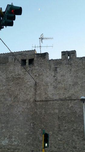 L'assessore, l'antenna e le vecchie mura (di Cosimo Filigheddu)