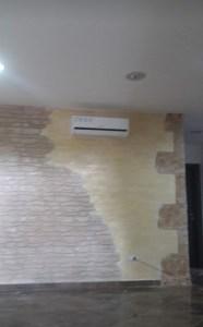 Rivestimento parete soggiorno con finta pietra Oristano