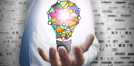 Persona mantiene una lampadina in mano