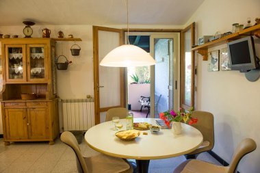 Die Küche verfügt über Geschirrspülmaschine, Mikrowelle, Backofen, Kaffeemaschine und Wasserkocher. Copyright Foto: Paolo Succu