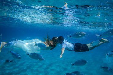 Brautkuss unter Wasser