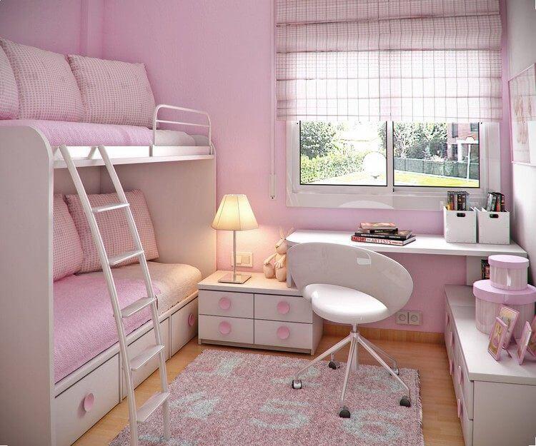 Chambre enfant petit espace chaise roulettes tapis lampe poser