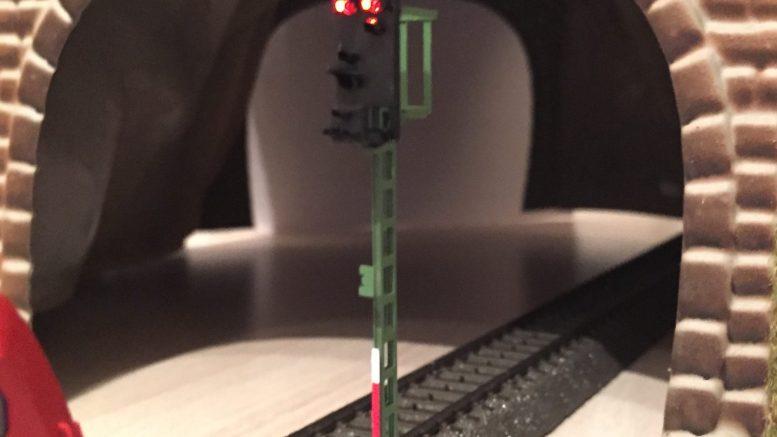 BR 245 wartet vor Signal