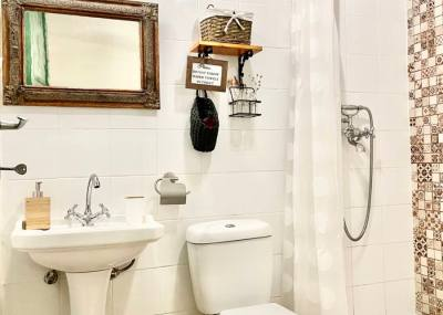 Access to private bathroom in Red Room