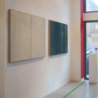 vista de la sala con monotipos de la serie Mareas