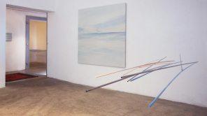 vista de la exposición   móvil turquesa-naranja   pintura, 180 x180 cm