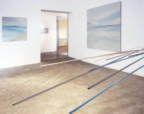 vista de la sala principal   móvil turquesa-naranja   pintura, 95 x 95 cm / 180 x 180 cm