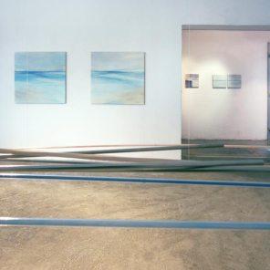 vista de la exposición | móvil turquesa-naranja | pintura, 95 x 95 cm / 35 x 35 cm