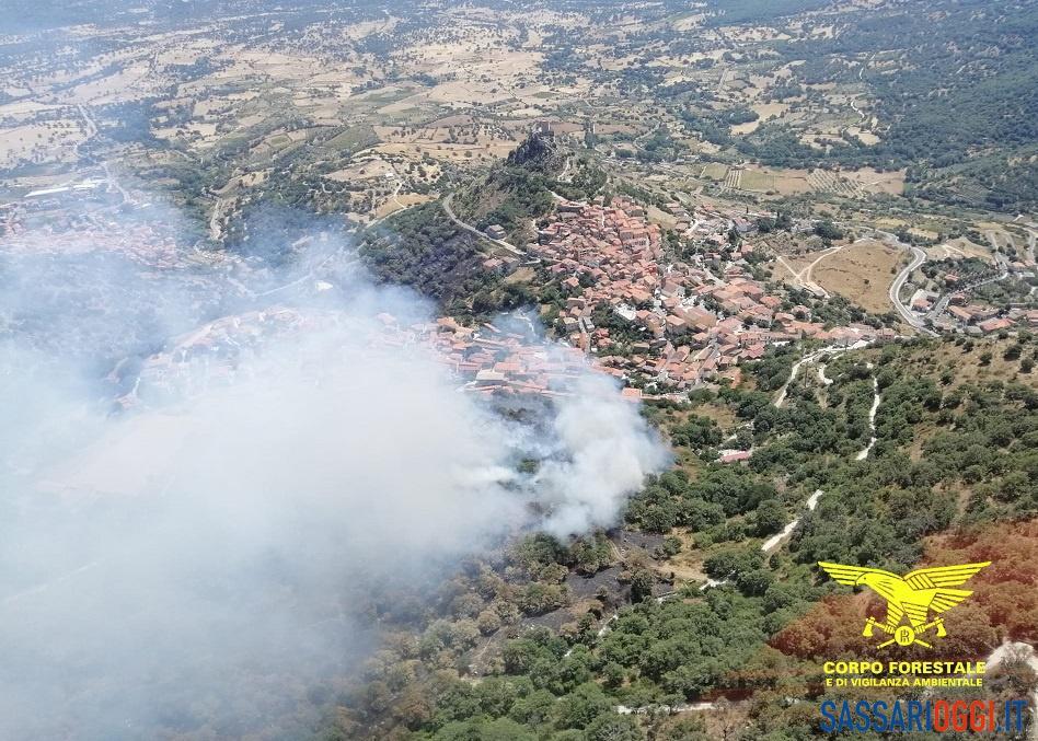 Ancora fiamme a Burgos, incendio vicino alle case: sul posto 3 elicotteri