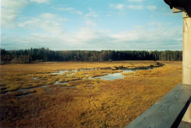 Maisema Keskistenjärven lintutornista kohti järven pohjoispäätä. Keskellä Kravioja. Kuva on otettu 2000-luvulla.