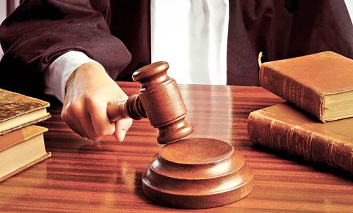 Mascații i-au percheziționat casa, iar judecătorii l-au trimis după gratii