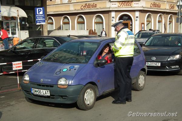 """Şoferiţele """"amendate"""" cu mărţişoare de poliţiştii sătmăreni (foto)"""