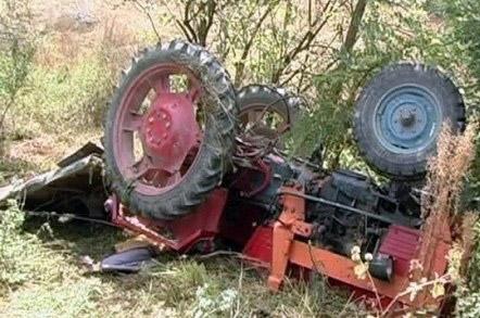 A adormit la volan și a intrat cu tractorul într-un stâlp