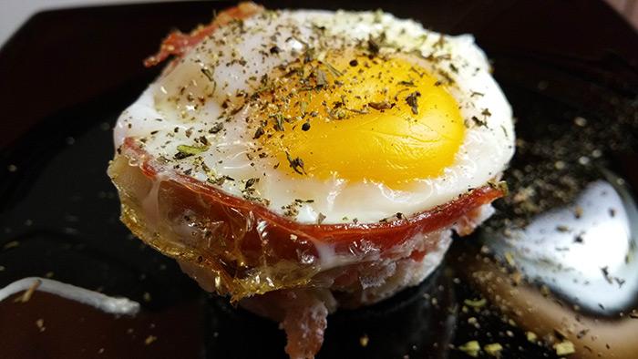 Cum să faceți coșulețe din ouă și bacon (video)