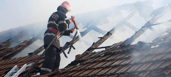 Incendiu în localitatea Pomi. O persoană, blocată în casa incendiată