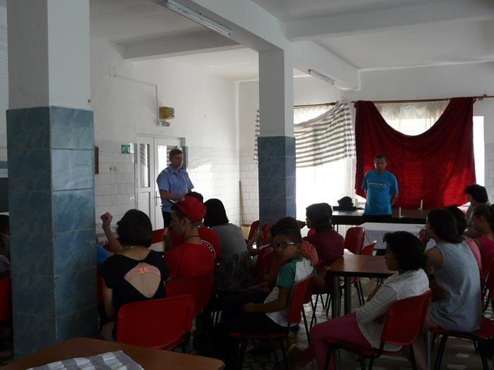 """Copiii Centrului de Plasament """"Roua"""" din Hurezu Mare au primit vizita jandarmilor"""
