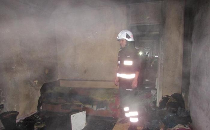 La un pas de tragedie: Apartament distrus de flăcări
