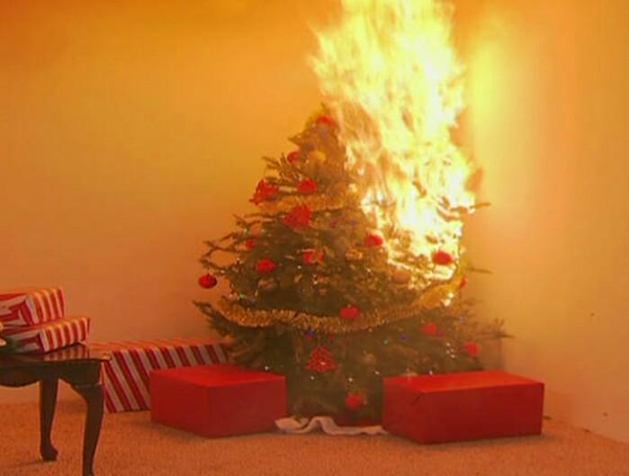 Un brad de Crăciun a luat foc. Vezi detalii
