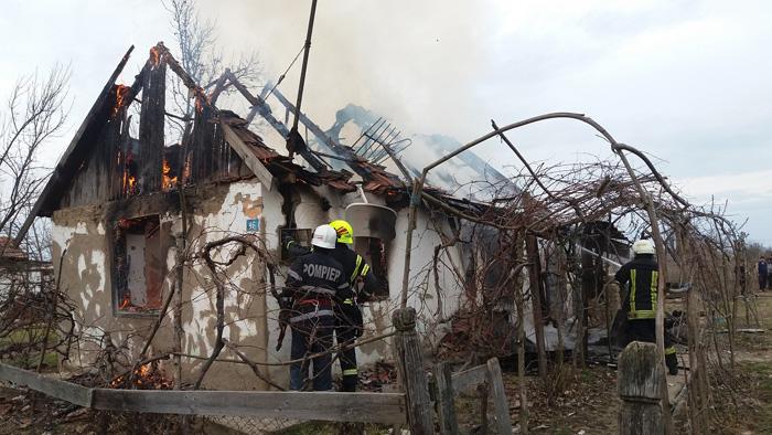 Incendiu la o casă din Boghiș. Proprietara, transportată la spital (Galerie foto)