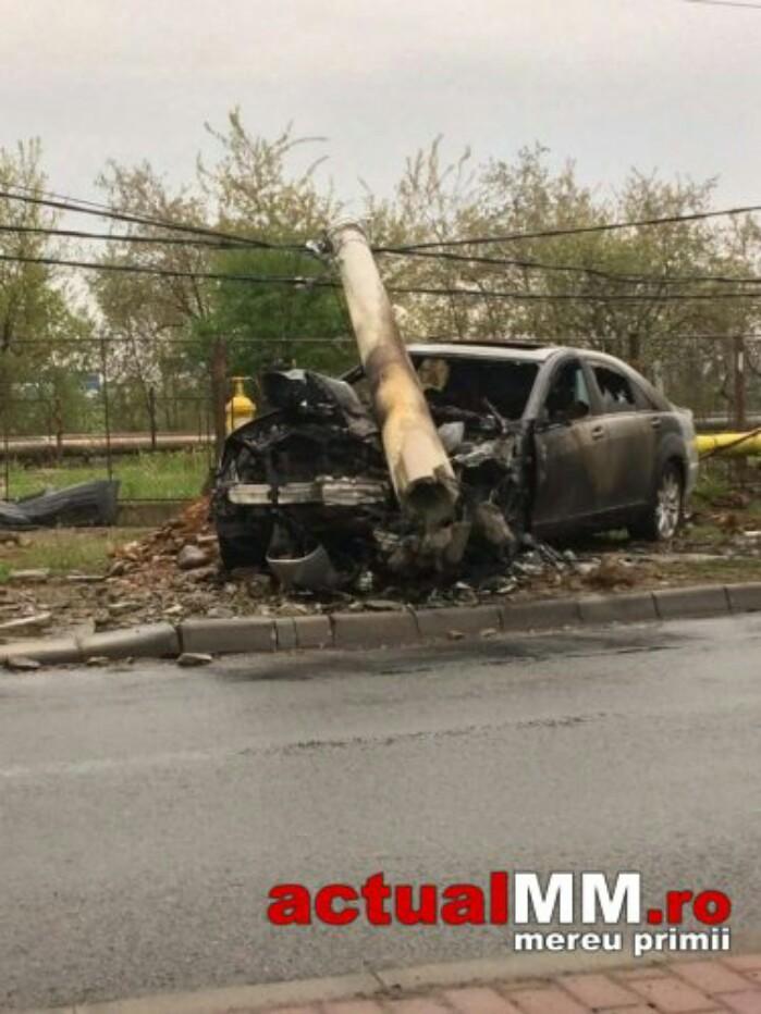 Sătmăreni implicați într-un accident în Baia Mare. Mașina a luat foc (Foto&video)