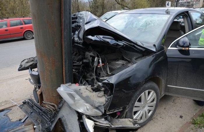 S-a oprit cu mașina într-un stâlp. Șoferul a scăpat teafăr