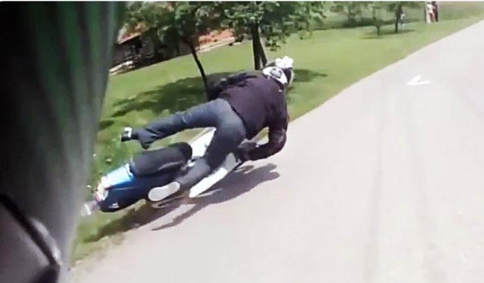 Mort de beat, s-a oprit cu mopedul într-un copac