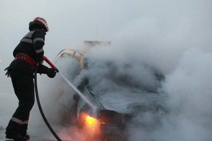 O mașină a luat foc. A ars ca o torță