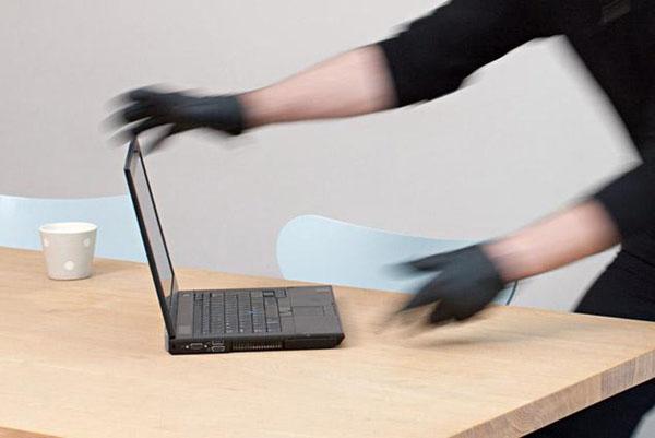 A furat un laptop din casa în care lucra