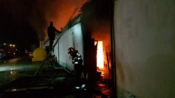 Incendiu devastator în Negrești-Oaș. Sediul unei firme s-a făcut scrum (Fotogalerie)