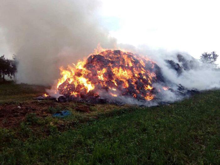 Incendiu in Dara. Ard circa 1.000 de baloti de fan (Foto)