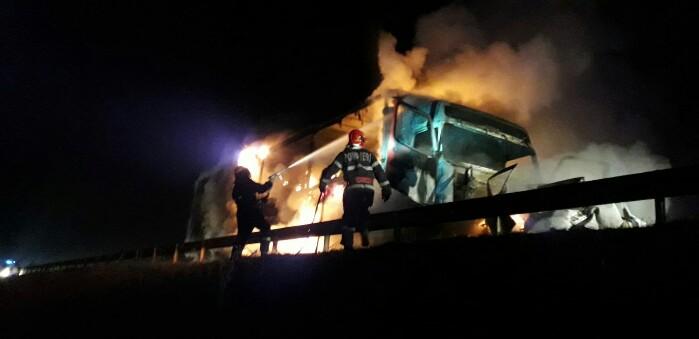 Impact nimicitor ! O mașină și un TIR au luat foc (Fotogalerie)