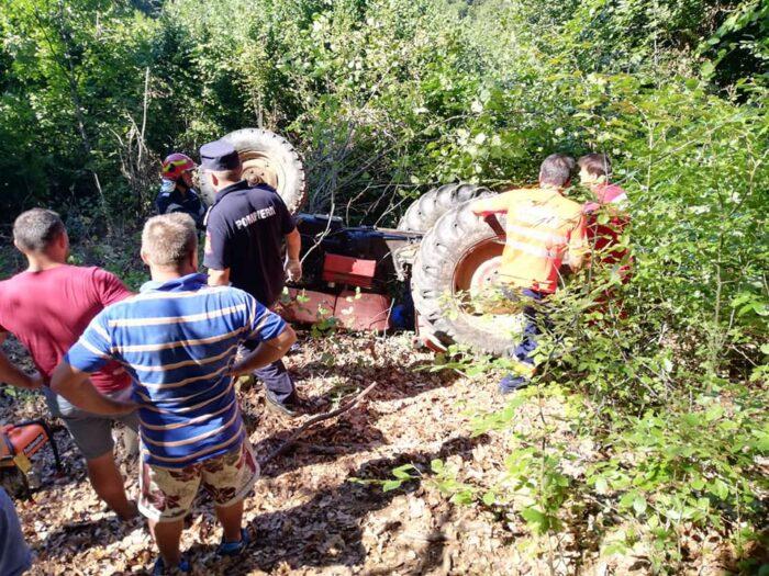 Terciuit de un tractor, în Țara Oașului (foto)