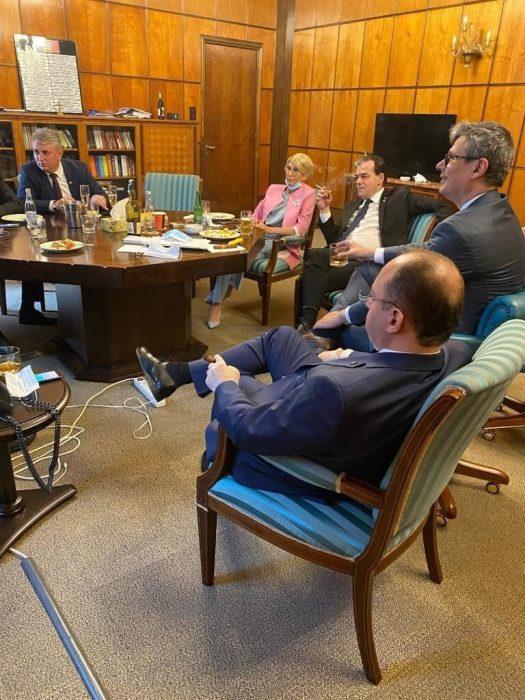 Cine este ocupantul scaunului gol din poza cu șprițul de la guvern?