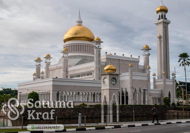 kubah masjid dari kuningan terlihat seperti emas