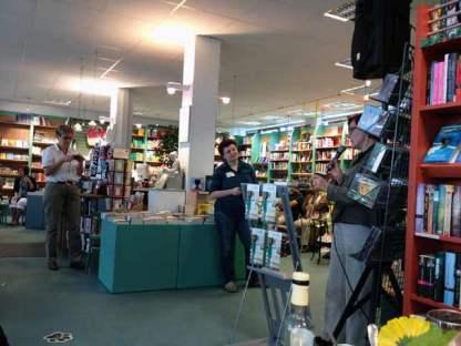 Irene ferchl in der Schiller Buchhandlung, umrahmt von Büchern