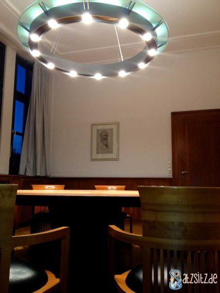 Robert-Bosch-Zimmer mit rundem Holztisch, prunkvoller Beleuchtung und Portrait Bosch'