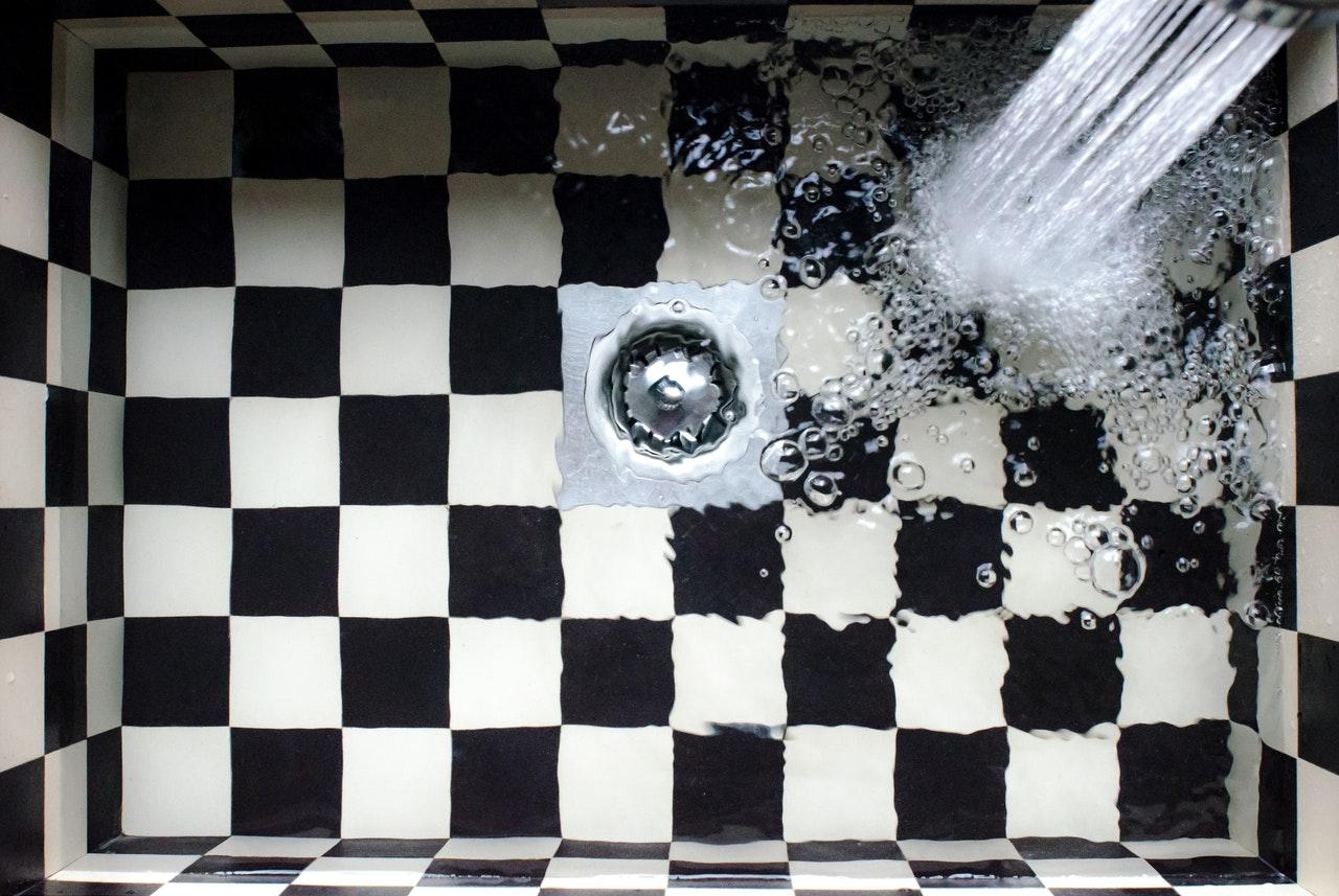 Mit der Zeit kann es dazu kommen das das Wasser aus Waschbecken und Co, nicht mehr richtig abläuft. Hier hilft ein guter Abflussreiniger.