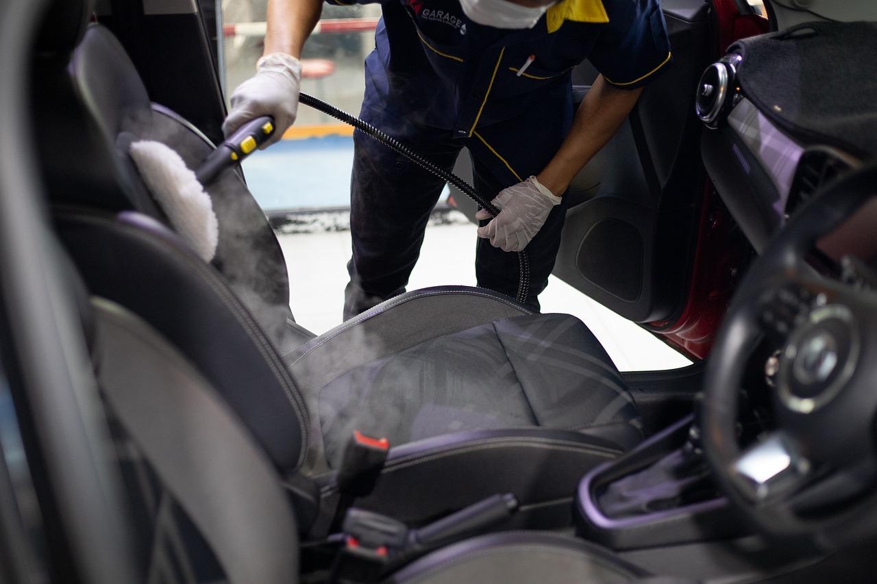 Dampfreiniger eignen sich für unterschiedliche Oberflächen. Aus diesem Grund kommen sie auch gerne im Auto zum Einsatz.
