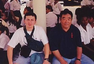Sensei Fernando Soto y Sensei Fumio Demura en el Canal de Panamá, Panamá. Mes de mayo del año 2000.