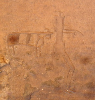 Water buffalo and human figure carved in Jubbah (photo: F. Egal)