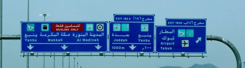 Post on the Riyadh-Madinah highway before reaching the city of Madinah Al-Munawarah (photo: Florent Egal)