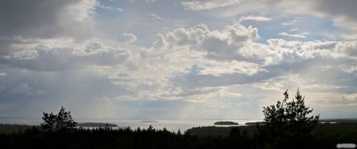 Geokätköilyreissulta napattu kuva jostain Neuvosenniemeltä päin. Näkymä Oulunjärvelle. Kohta alkoi satamaan.
