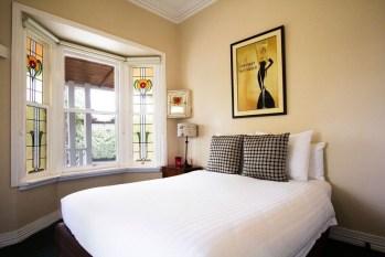 Room5_bed_windows