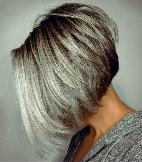 Wunderschönen Frisuren Bob Hinten Kurz Umgekehrter grauer Balayage-Bob mit überlappenden Schichten